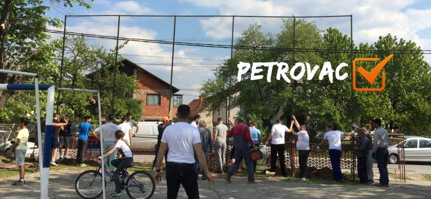 Meštani Petrovca i aktivisti Alternative zajedno do uređenog školskog dvorišta! (FOTO, VIDEO)